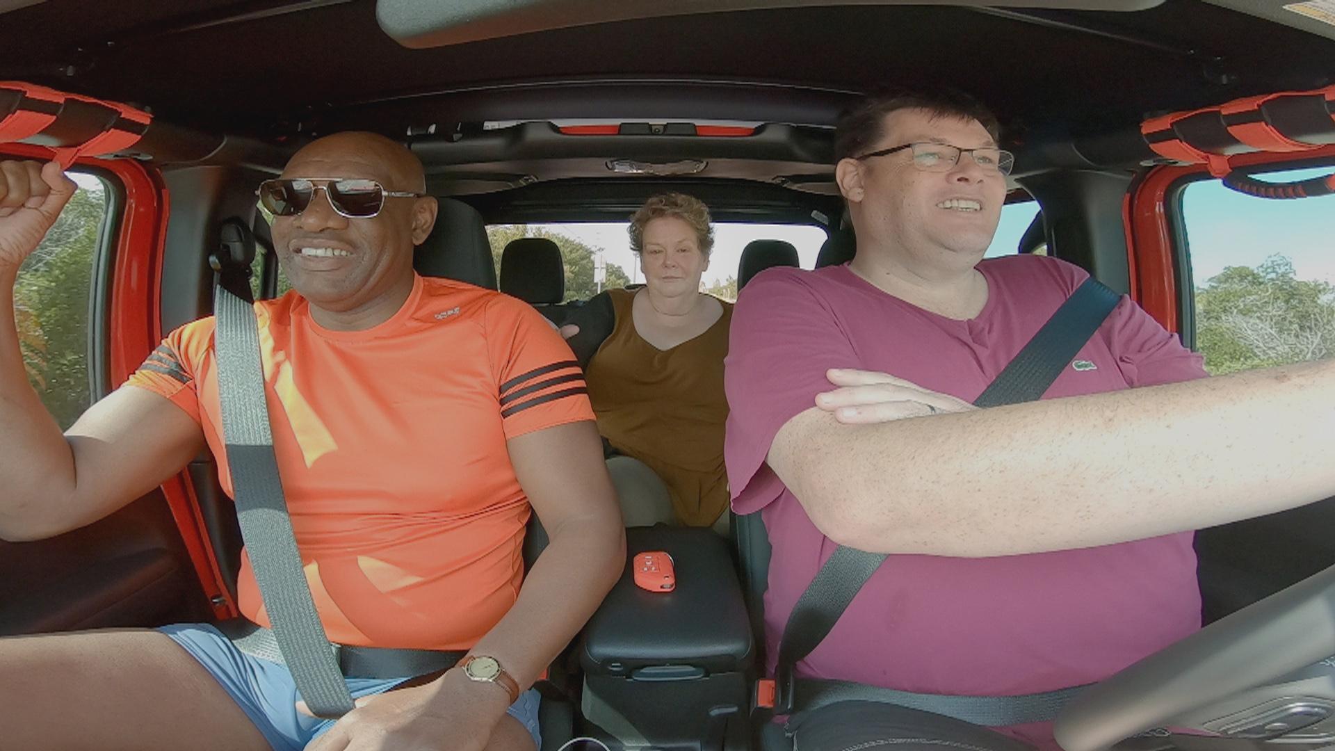 Shaun Wallace, Anne Hegarty y Mark Labbett conducen su coche de alquiler
