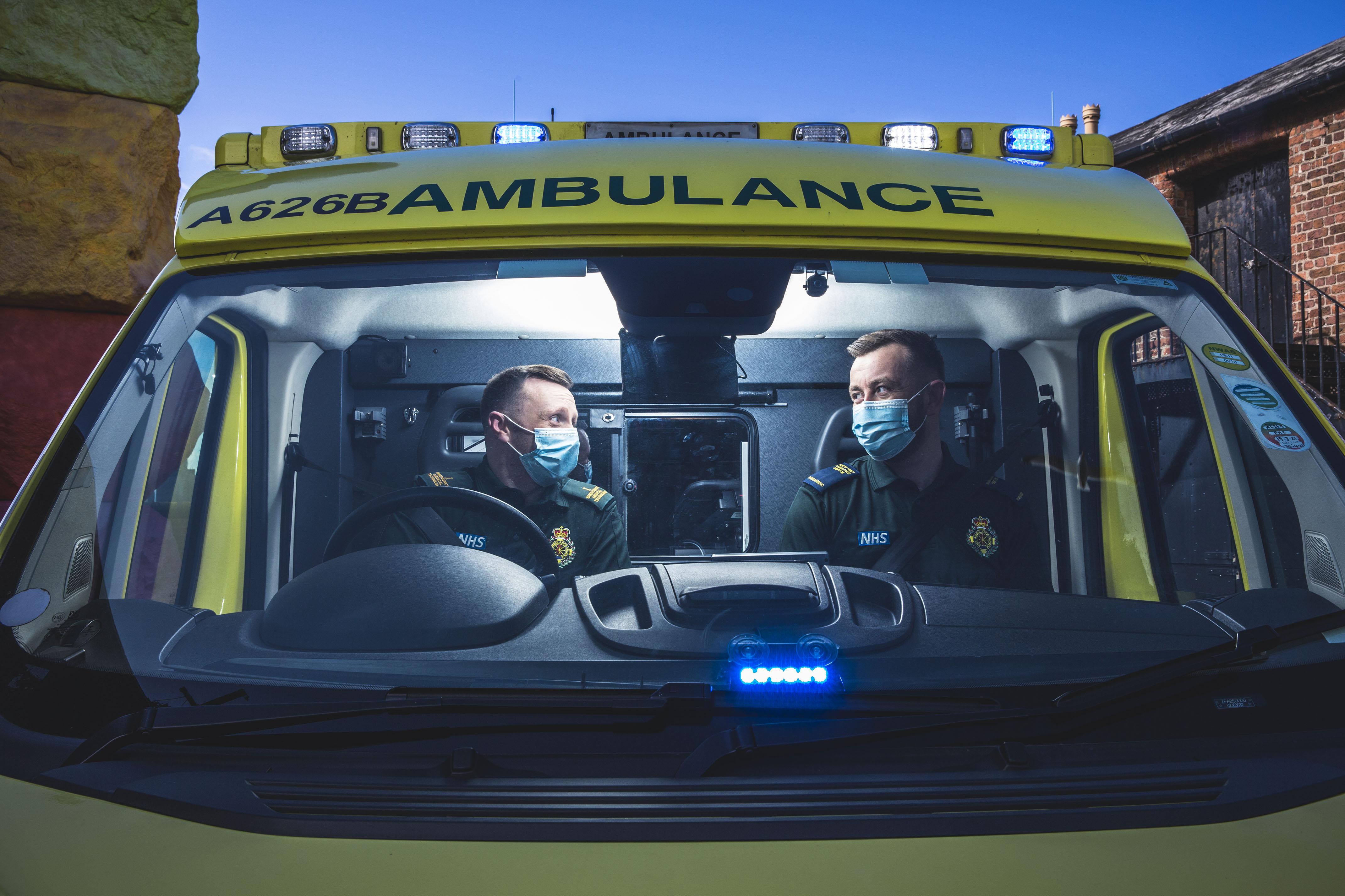 Los paramédicos Rob y Chris en la televisión esta noche