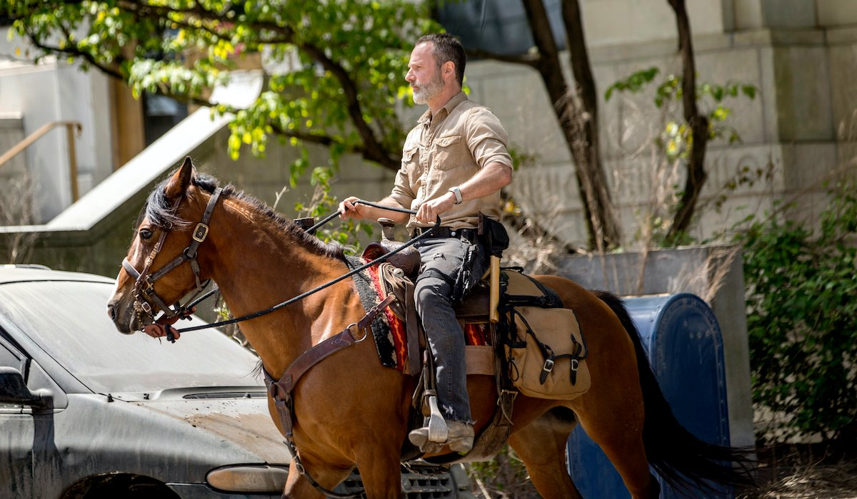 andrew lincoln rick grimes on a horse the walking dead season 9 premiere