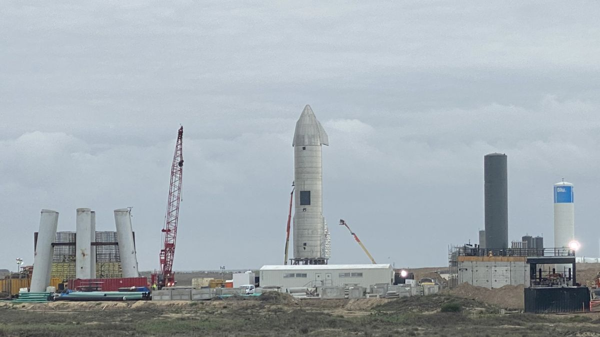 SpaceX's SN15 Starship prototype rolls out to launch pad