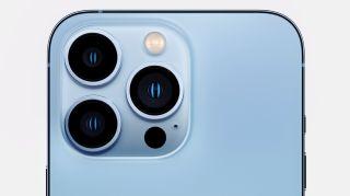 Kamerablokken på en iPhone Pro 13 i skyfri blå