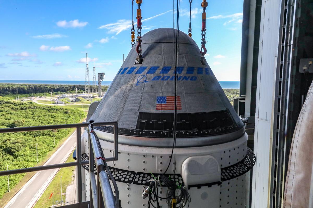 La navicella spaziale Boeing CST-100 Starliner è fissata in cima a un razzo Atlas V della United Launch Alliance presso la Vertical Integration Facility presso lo Space Launch Complex 41 presso la Cape Canaveral Space Force Station in Florida, il 17 luglio 2021.