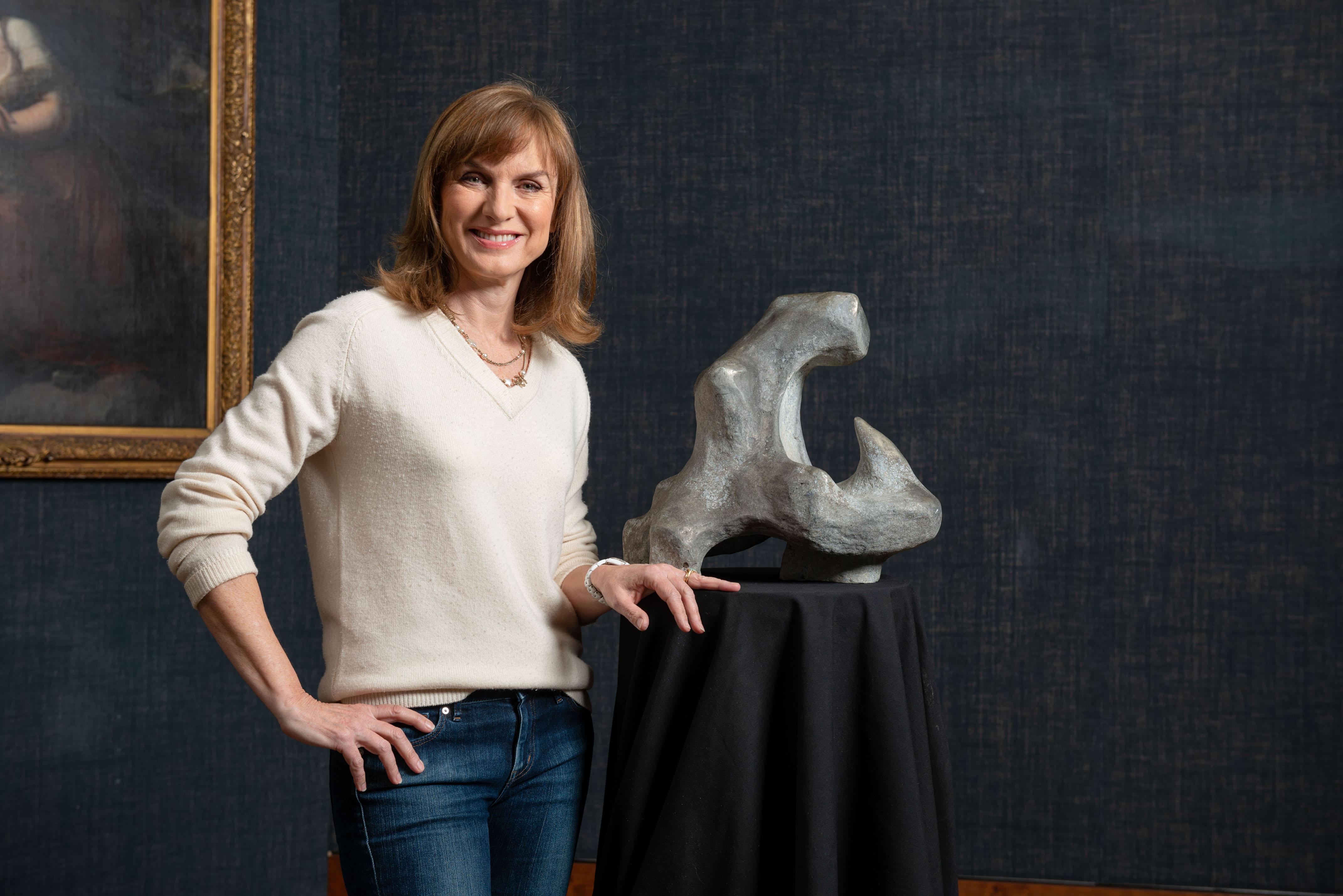 Esta noche en la televisión Fiona Bruce con una posible escultura de Henry Moore.
