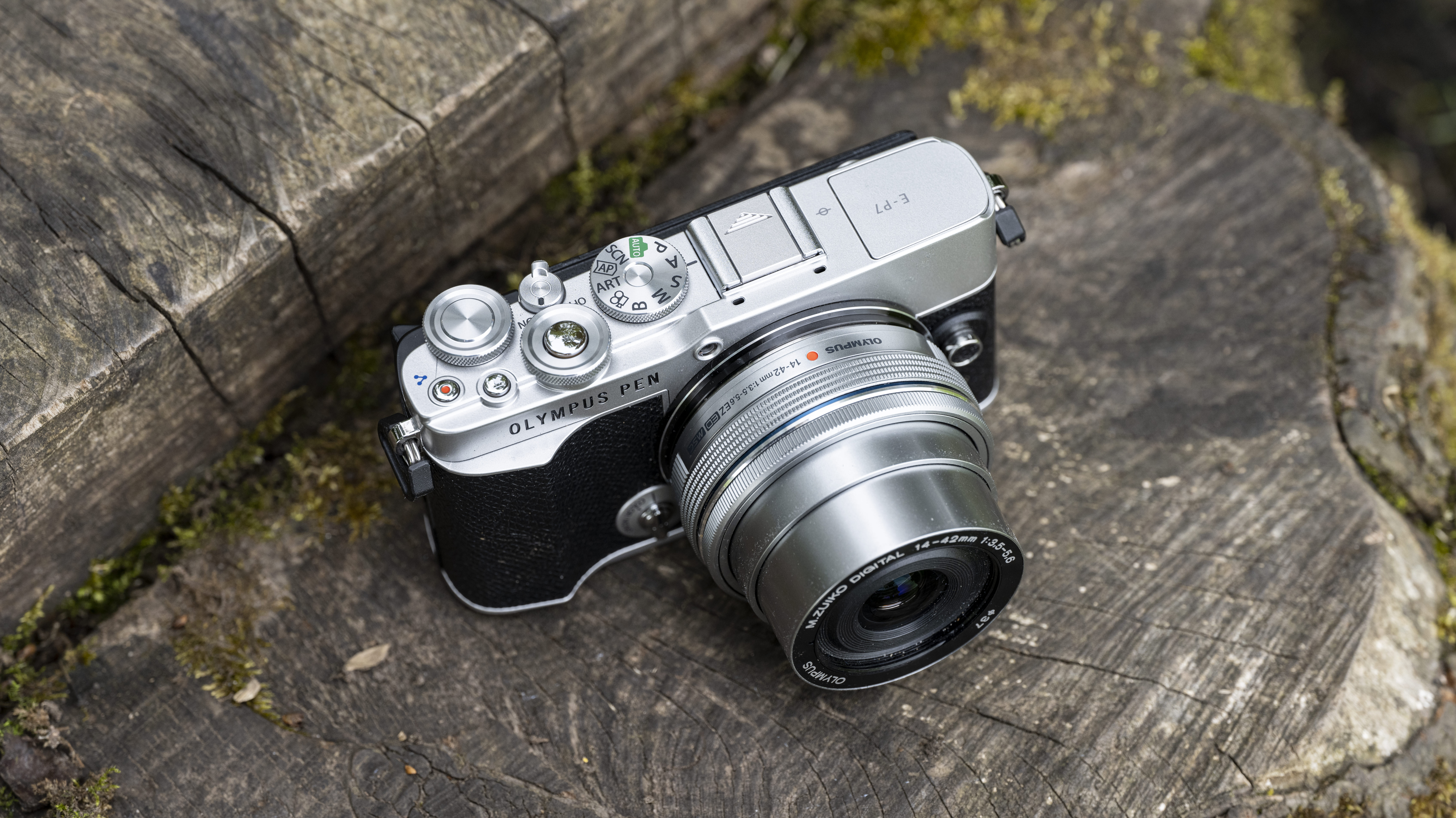 The controls and 14-42mm zoom of the Olympus E-P7