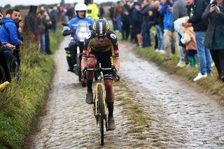 Marianne Vos (Jumbo-Visma) in solo pursuit of Lizzie Deignan in the finale of Paris-Roubaix