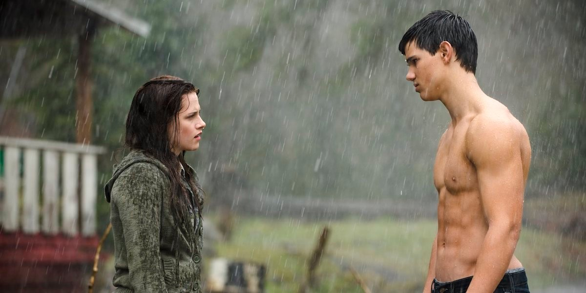 Kristen Stewart and Taylor Lautner in the rain in Twilight: New Moon