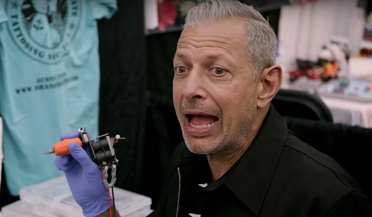 jeff goldblum dando a alguém uma tatuagem disney +