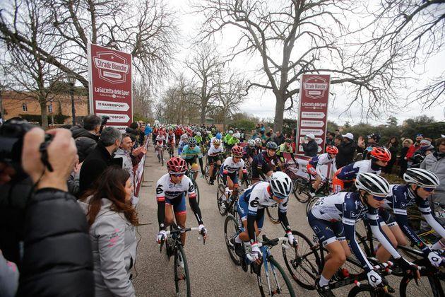 Riders start the 2016 women's Strade Bianche