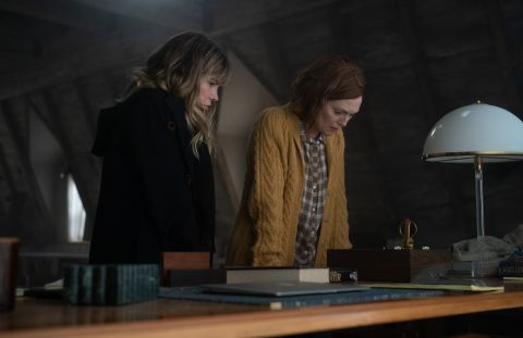 Jennifer Jason Leigh and Julianne Moore in 'Lisey's Story'.
