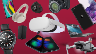 Forskellige tech-gadgets på mørkerød baggrund