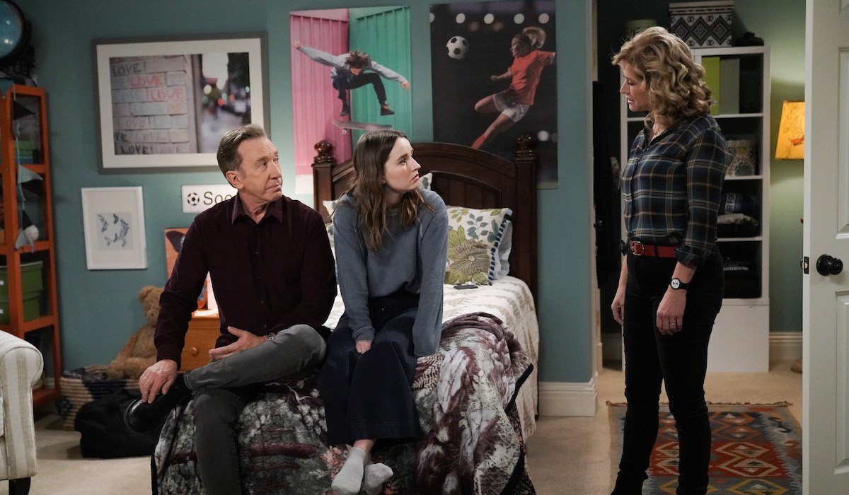 mike, eve and vanessa in eve's room on last man standing
