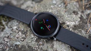 OnePlus Watch ligger på en stein.