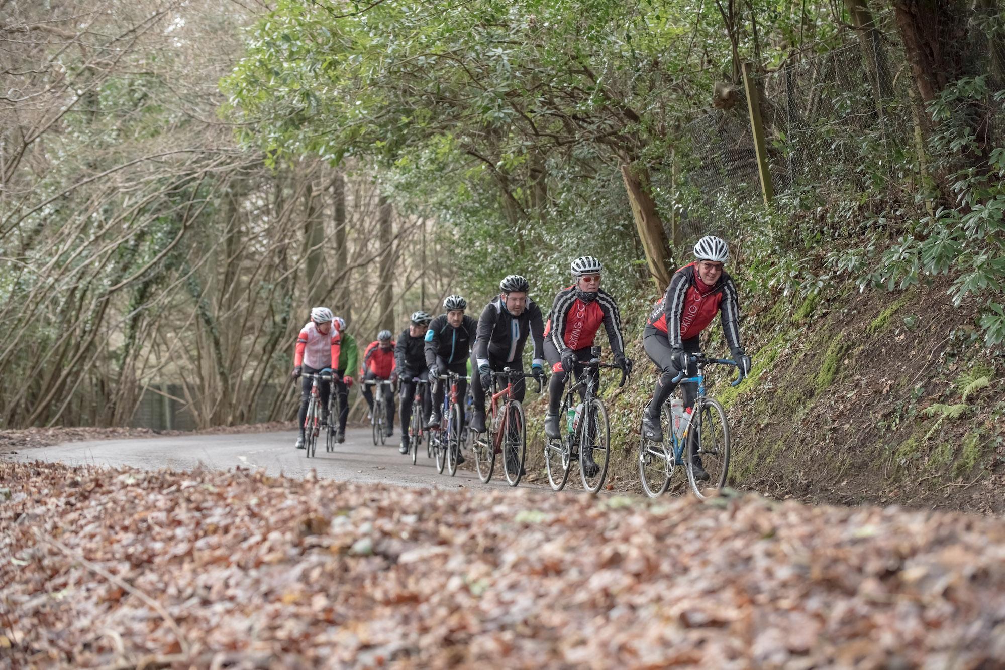 Como pedalar em grupo - dê espaço para deslizar nas colinas