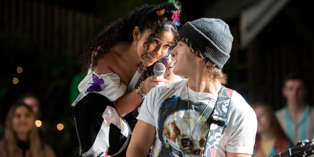 Madison Reyes and Charlie Gillespie in Julie and the Phantoms