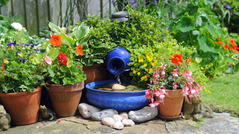 homemade water feature ideas – blue bowl with solar pump