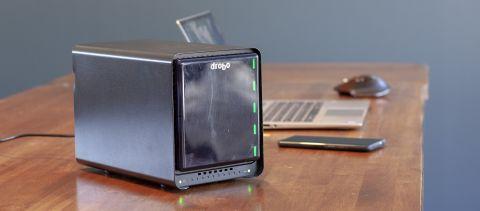 Drobo 5N2 på et bord med en laptop i bakgrunnen