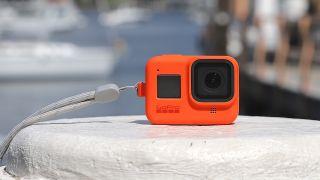 GoPro-kamera pollarin päällä venesatamassa