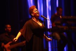 Jill Scott Sings Duet With Creative Stage Lighting
