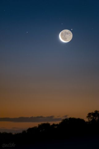 'Earthshine' Lights the Way to Saturn's Moon Iapetus in Stunning Night-Sky Photo