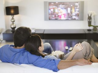 Cold temperatures make romantic movies more appealing, a study indicates.