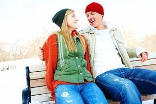 couple-winter-bench-11110302