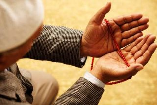 hands holding Islam prayer beads.