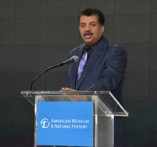 Neil deGrasse Tyson Becomes 1st American to Receive Stephen Hawking Medal