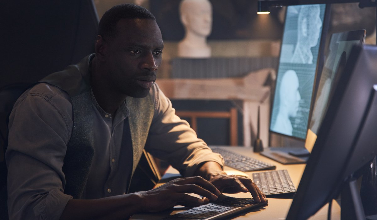 Omar Sy does some research on his computer in Lupin.