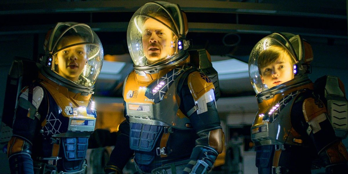 Taylor Russell, Toby Stephens, and Maxwell Jenkins in Lost In Space