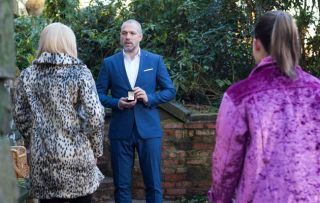 Glenn sets up Esther and has a romantic surprise for Grace