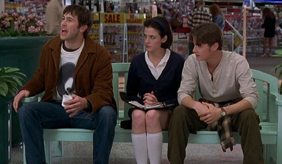 Mallrats Brodie Trish and T.S. talking on the bench
