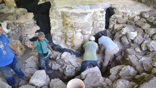 The stucco mask of Ucanha being worked on by archaeologists