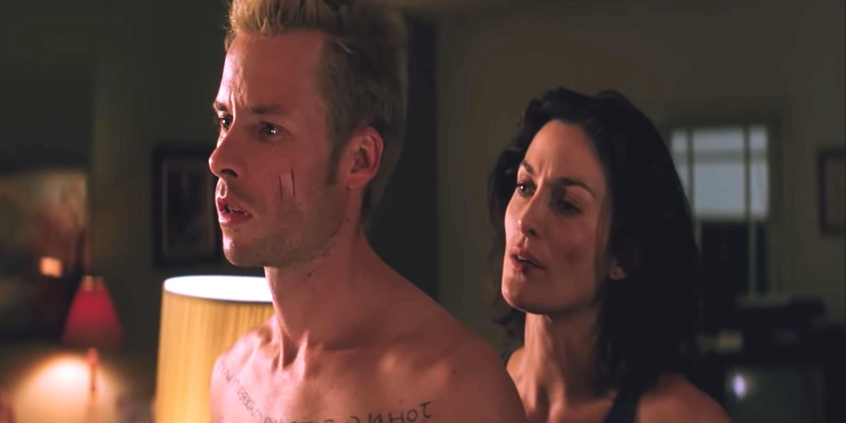 Guy Pearce and Carrie-Anne Moss in Memento