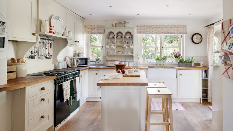 Shaker kitchens in Victorian farmhouse
