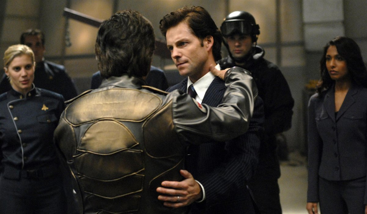 Galactica Lee Adama abraça um piloto no convés