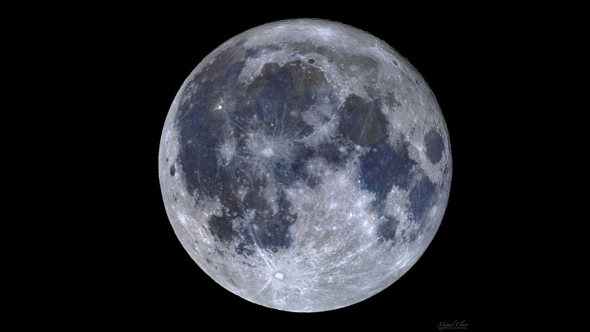 Color Mosaic of the Full Moon Reveals Blue 'Seas' of Titanium (Photo)