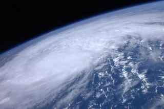 hurricane-irene-astronaut-photo-space-station-110823-02