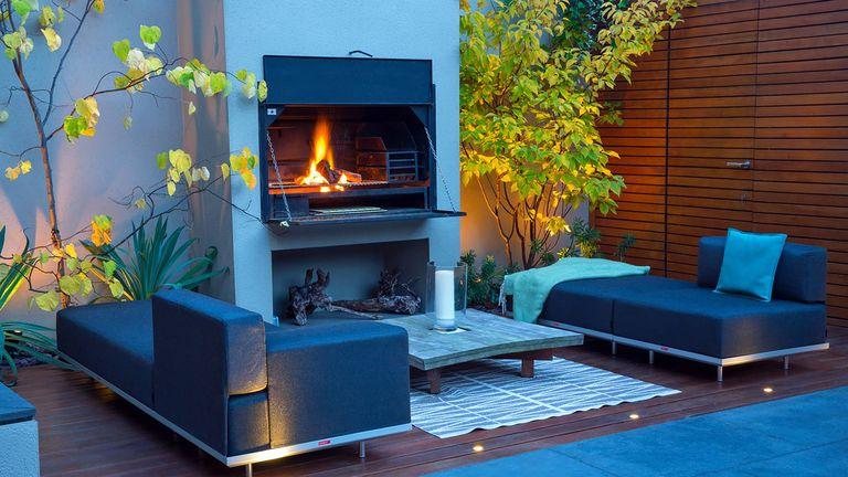 how to make a garden feel modern: outdoor fire