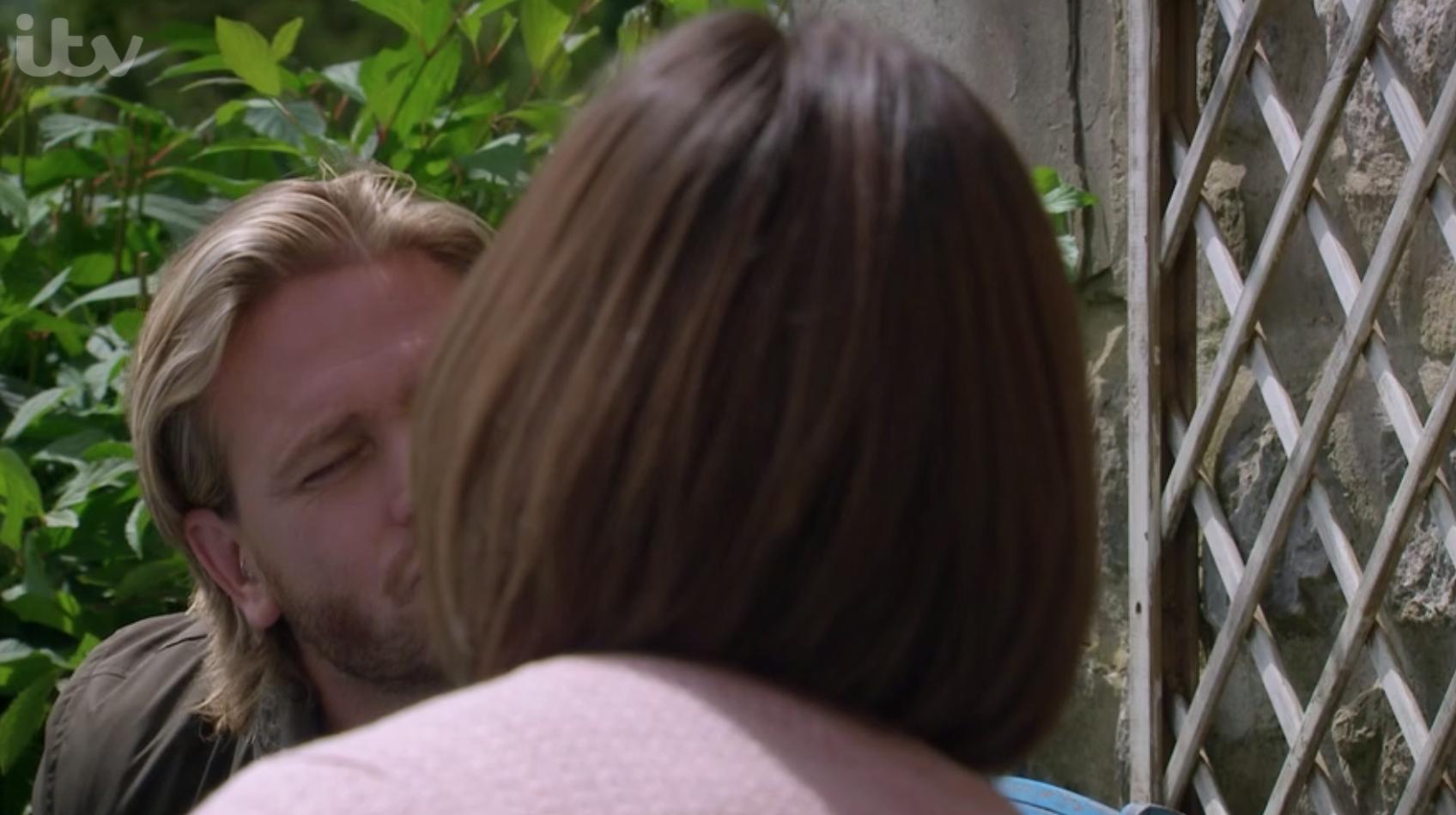 David y Victoria comparten un beso socialmente distante en Emmerdale