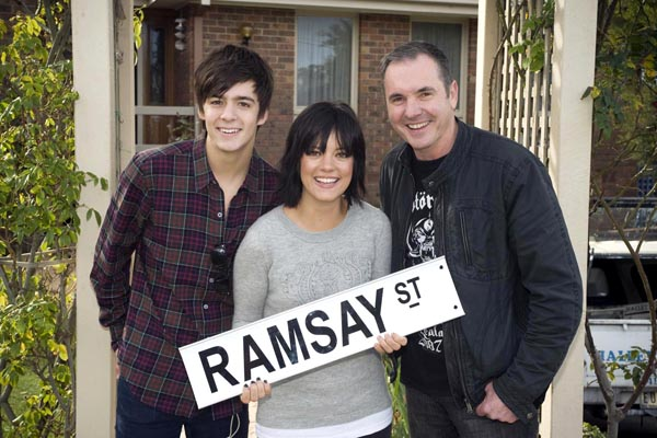 Lily Allen guests in Neighbours (+PHOTOS)