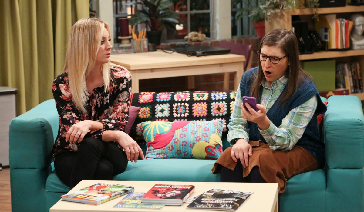 amy and penny on couch big bang theory