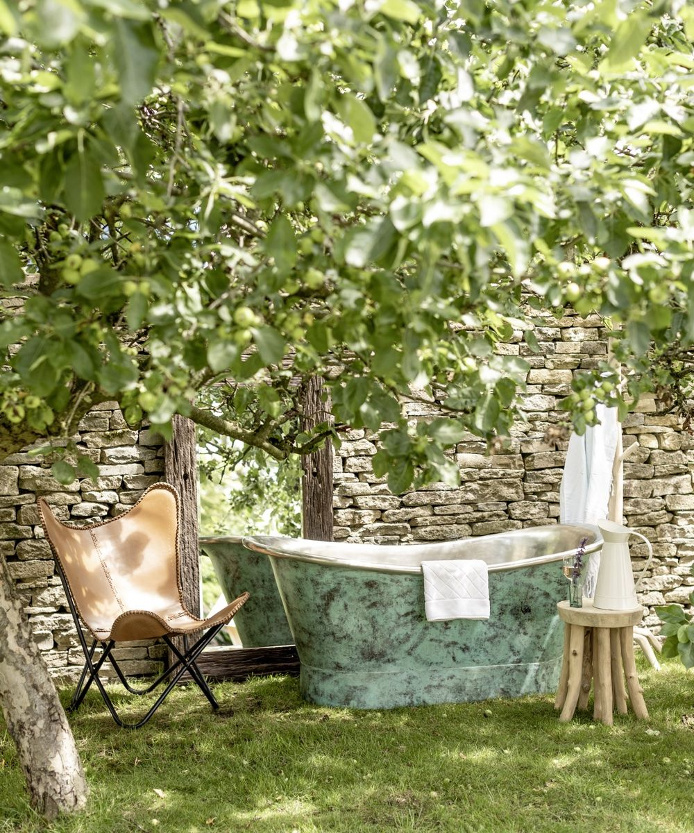 How to create an outdoor bathroom for a truly decadent summer