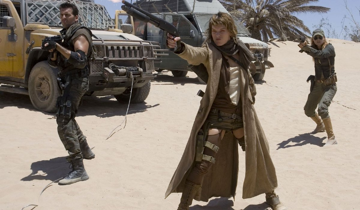 Oded Fehr, Milla Jovovich, and Ali Larter aim their weapons in Resident Evil: Extinction.