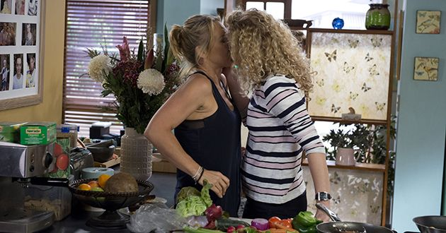Belinda Bell kisses Steph Scully in Neighbours