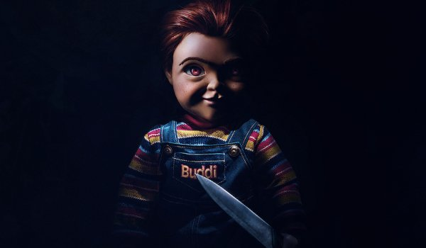 Child's Play (2019) Chucky clearly standing, holding a knife