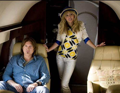 The Movie - Miley Stewart (Miley Curus) takes a private jet to go back to her hometown with her father (Billy Ray Cyrus)