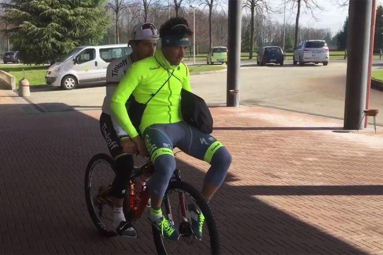 Peter Sagan gives Oscar Gatto a lift