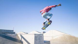 Skateboarder macht einen Trick in einem Skatepark