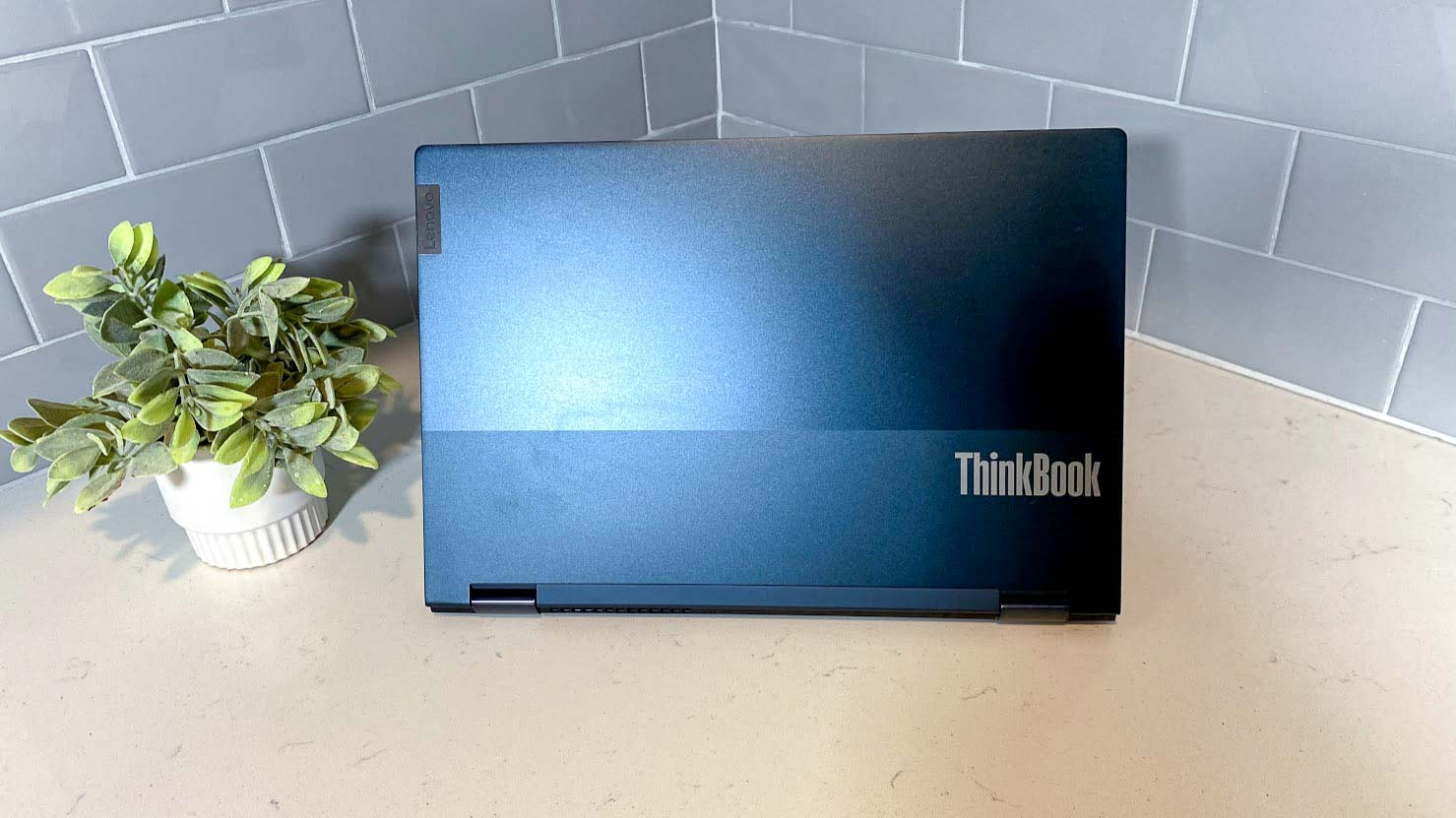 Lenovo ThinkBook 14s Yoga review - Lid