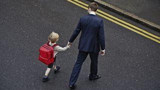 男人不会从他们的父亲那里学习有毒的男性气质。在这里,父亲走他的年轻儿子上学。
